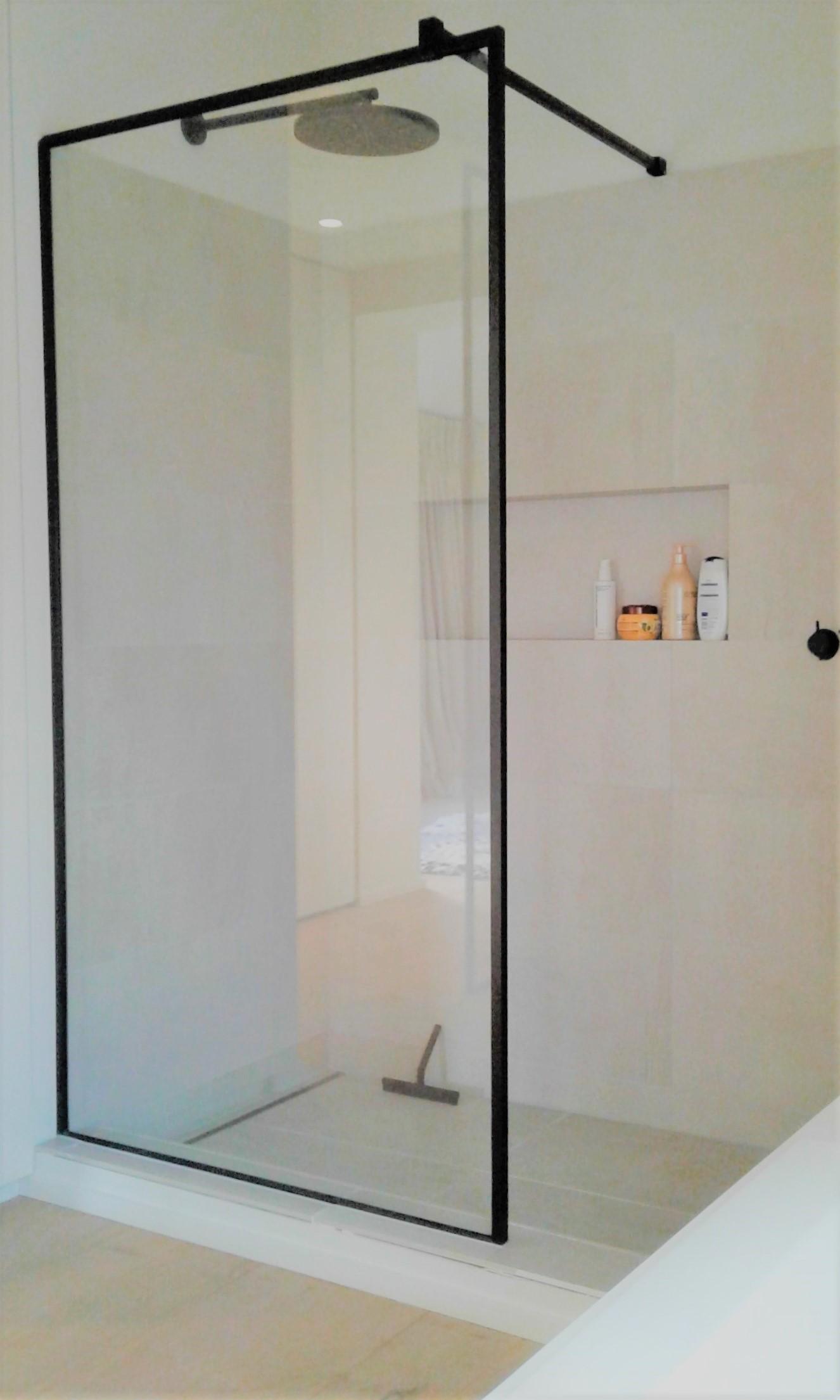 Glazen douchewanden, douchedeuren & doucheschermen : Glaswerken ...